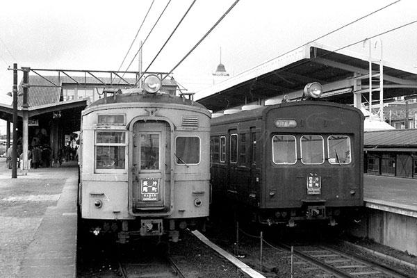 オレンジ色とブドウ色の並び 四条畷駅
